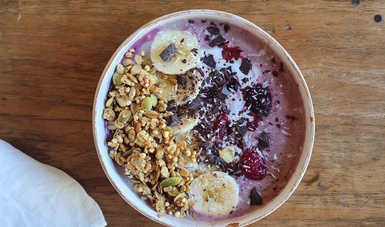 Yogurt de coco con fruta y granola